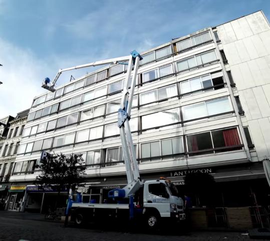 Wij wassen je ramen met eigen hoogwerker tot 9 verdiepingen hoog
