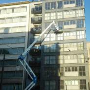 Lichtkoepels of hoge glaspartijen schoonmaken? Geen probleem dankzij een hoogwerker